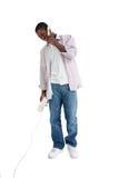 Attraktiver junger Mann, der am Telefon spricht Lizenzfreies Stockfoto