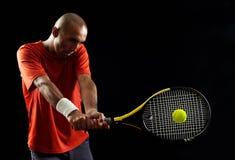 Attraktiver junger Mann, der Tennisportrait spielt lizenzfreie stockfotos