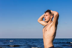 Attraktiver junger Mann im Seeverlassen ein Wasser mit nassem ha Stockfotografie