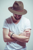 Attraktiver junger Mann mit dem Hutlächeln Stockfotos