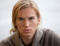 Attraktiver junger Mann mit dem langen Haar Stockbild