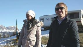 Attraktiver junger Mann und Frau in den Bergen stock video