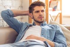Attraktiver junger Mann zu Hause Lizenzfreies Stockbild