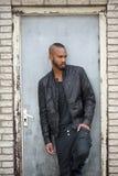 Attraktiver junger schwarzer Mann, der auf Türart steht Lizenzfreies Stockfoto