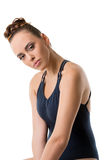 Attraktiver junger Tänzer, der mit ihrem Kopf gebeugt aufwirft Lizenzfreie Stockbilder