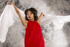 Attraktiver junger weiblicher Tänzer mit weißem Gewebe und grauem backgr lizenzfreies stockfoto