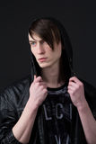 Attraktiver kaukasischer Kerl, der eine Lederjacke trägt Stockfoto