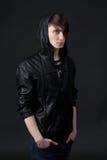 Attraktiver kaukasischer Kerl, der eine Lederjacke trägt Lizenzfreies Stockbild