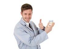 Attraktiver kaukasischer männlicher Zahnarzt, Daumen oben Lizenzfreie Stockbilder