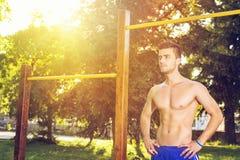 Attraktiver Kerl, der draußen an einem sonnigen Sommertag ausarbeitet Lizenzfreie Stockfotografie