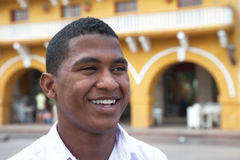 Attraktiver Kerl in einer Kolonialstadt Stockbild