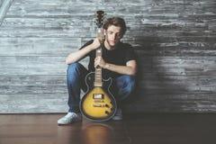 Attraktiver Kerl mit Gitarre Lizenzfreies Stockfoto