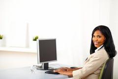 Attraktiver Kundenkontaktcenterbediener bei der Arbeit Lizenzfreies Stockfoto