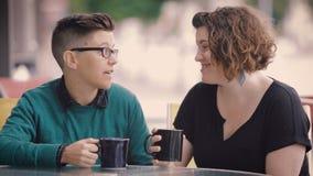 Attraktiver lesbischer Paar-Kuss in der Stadt stock footage