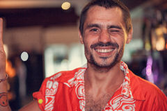 Attraktiver männlicher Kellner betrachtet Kamera und das Lächeln lizenzfreie stockfotografie