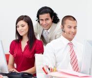 Attraktiver Manager, der seine Teamarbeit überprüft Lizenzfreie Stockfotos