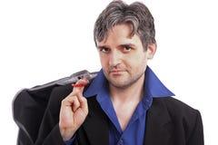 Attraktiver Mann, anhalten Kleidungaufhängungen Lizenzfreies Stockfoto