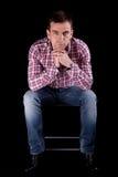 Attraktiver Mann auf Stuhl Lizenzfreies Stockfoto