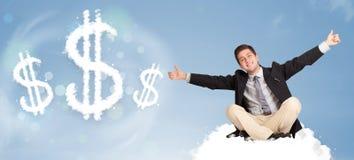 Attraktiver Mann, der auf Wolke nahe bei Wolkendollarzeichen sitzt Stockfoto