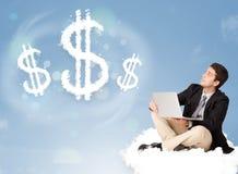 Attraktiver Mann, der auf Wolke nahe bei Wolkendollarzeichen sitzt Lizenzfreie Stockbilder