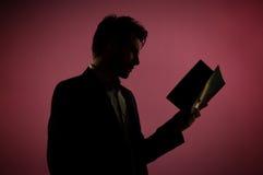Attraktiver Mann, der das Buch liest Stockbild