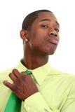Attraktiver Mann in der grünen justierenkrawatte Stockfotografie