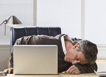 Attraktiver Mann, der im USB-Netzkabel einsteckt stockfoto