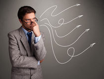 Attraktiver Mann, der mehrfache gelockte Pfeile betrachtet Lizenzfreies Stockfoto