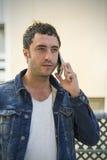 Attraktiver Mann, der mit Handy spricht Stockbilder