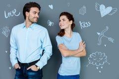 Attraktiver Mann, der seine Freundin und Lächeln betrachtet Lizenzfreie Stockfotos