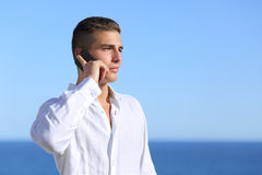 Attraktiver Mann, der am Telefon spricht Lizenzfreie Stockfotos
