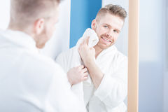 Attraktiver Mann im Badezimmer lizenzfreies stockbild