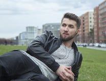 Attraktiver Mann ist in einem Park mitten in Berlin entspannend Lizenzfreies Stockbild