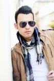 Attraktiver Mann mit abgetönten Sonnenbrillen lizenzfreies stockfoto