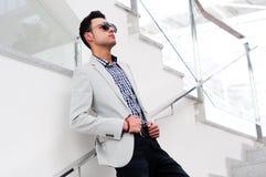 Attraktiver Mann mit abgetönten Sonnenbrillen stockbild