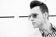 Attraktiver Mann mit abgetönten Sonnenbrillen lizenzfreie stockfotografie