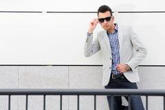 Attraktiver Mann mit abgetönter Sonnenbrille stockbild