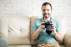 Attraktiver Mann mit einem dslr Lizenzfreie Stockfotografie