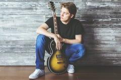Attraktiver Mann mit Gitarre Lizenzfreie Stockfotografie