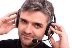 Attraktiver Mann mit hörender Musik des Kopfhörers Stockfotografie