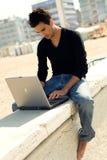 Attraktiver Mann mit Laptop stockfoto