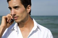 Attraktiver Mann mit Mobiltelefon Stockfotos