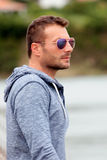 Attraktiver Mann mit Sonnenbrillen Lizenzfreie Stockfotos