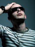 Attraktiver Mann mit Sonnenbrillen Lizenzfreies Stockfoto