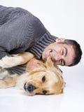 Attraktiver Mann und sein Haustier Stockfotos