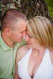 Attraktiver Mann und verliebte Frau lizenzfreies stockbild