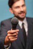 Attraktiver Mannesfernsehjournalist macht seinen Bericht Stockbild