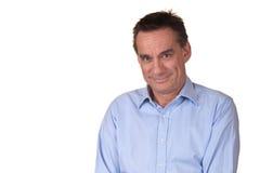 Attraktiver Mittelalter-Mann mit süßem Lächeln lizenzfreies stockfoto