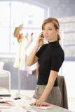 Attraktiver Modedesigner, der auf Mobile spricht stockfotos