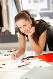 Attraktiver Modedesigner, der im Büro arbeitet stockbild